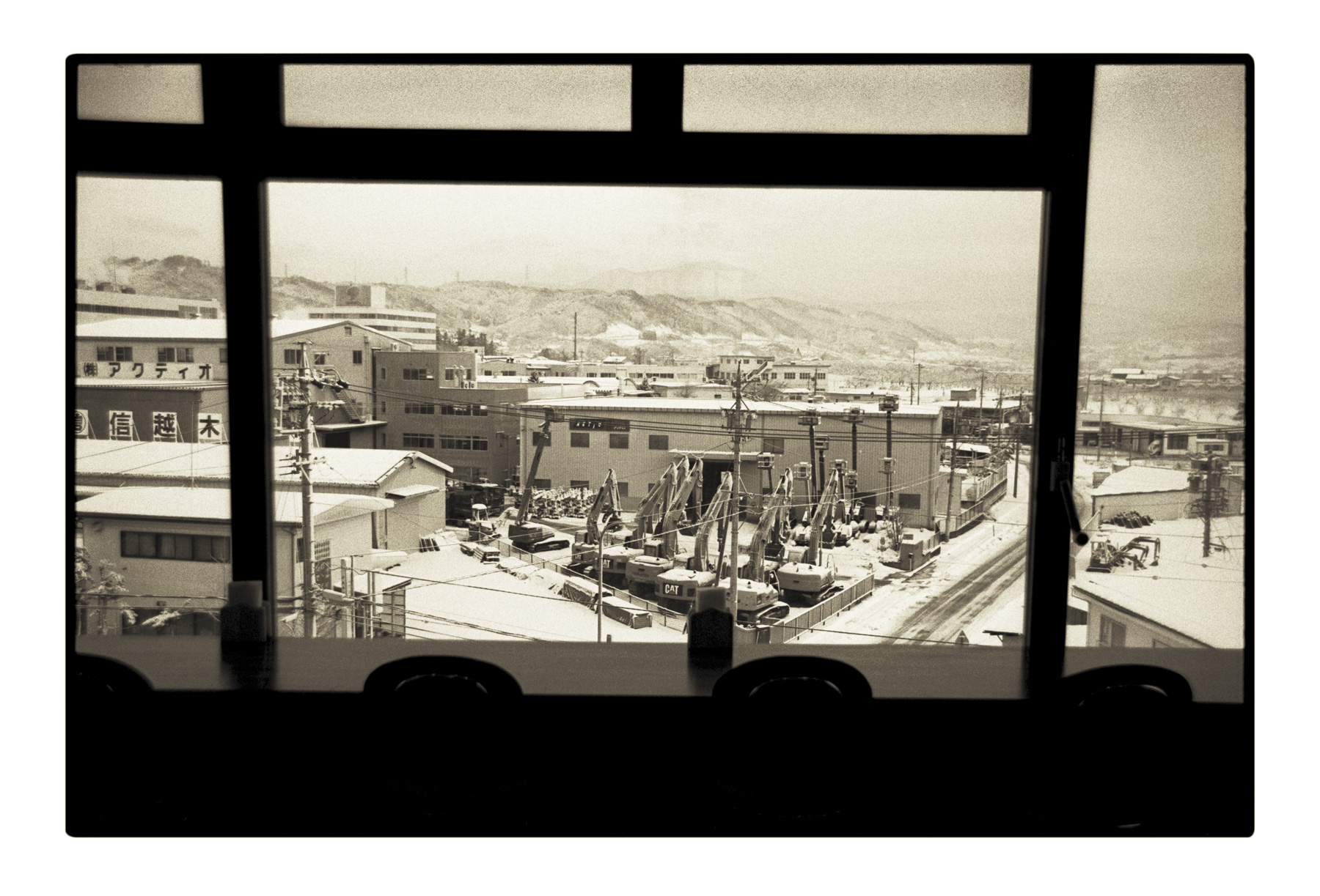 f5_tmax_444_view_from_morning_breakfast_of_cheap_road_motel_hd_cmyk